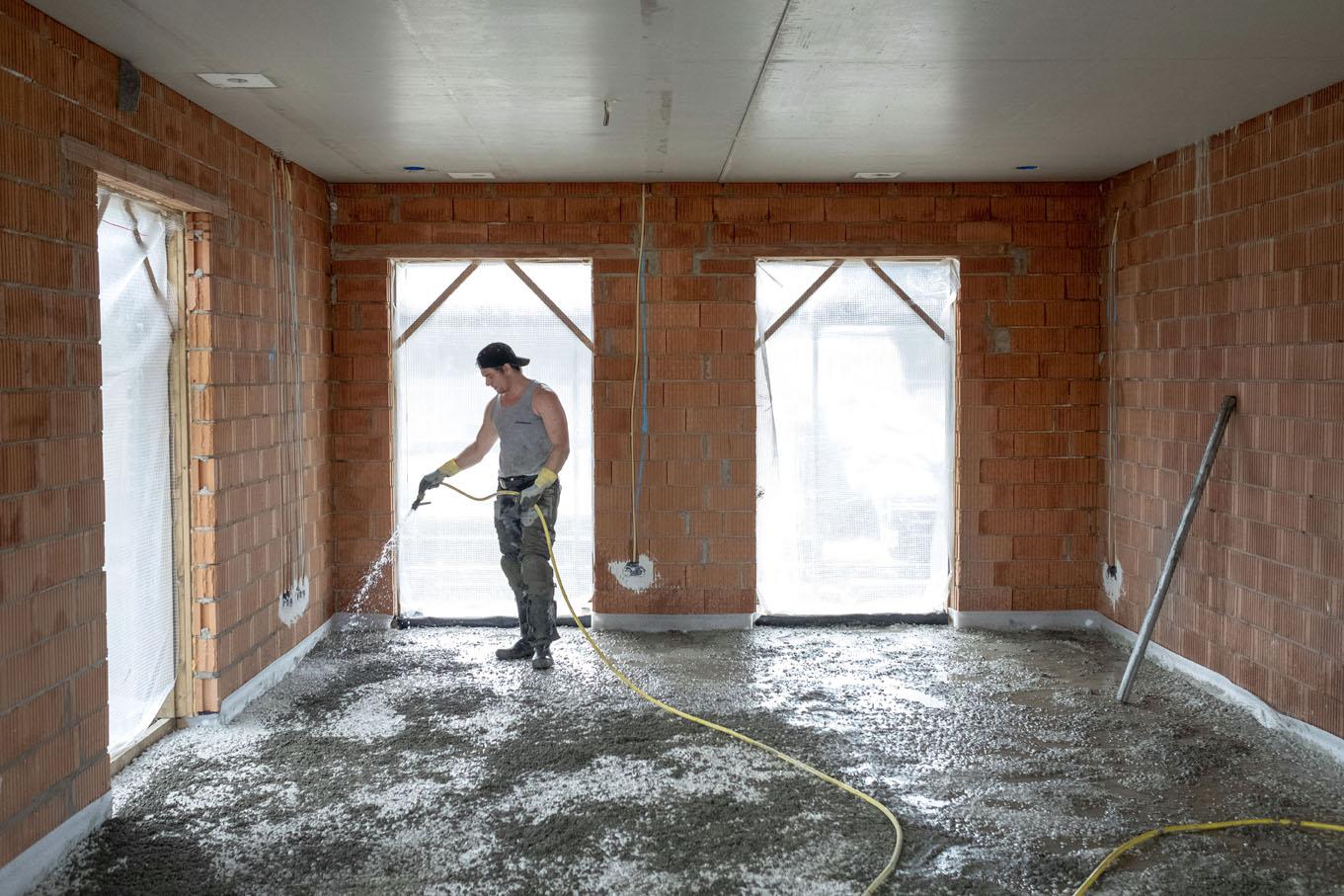 Hechtlaag aanbrengen voordat de cementdekvloer gelegd gaat worden