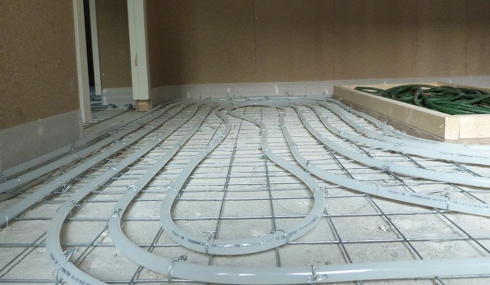 betonvloer met vloerverwarming ligt klaar voor cementdekvloer